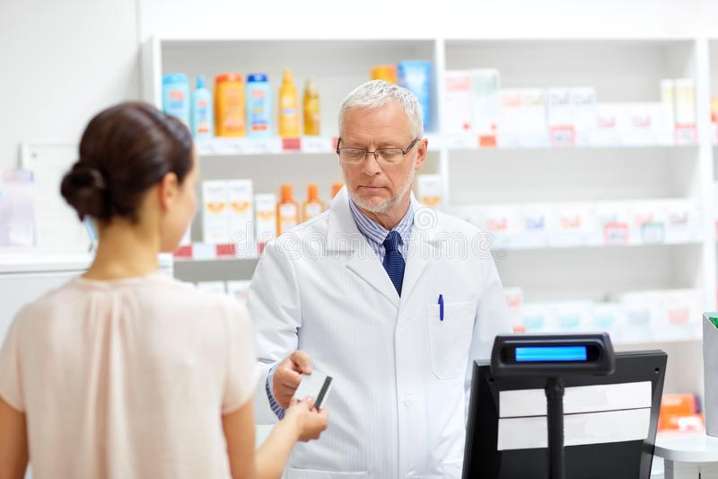 Apothecary принимая кредитную карточку клиента на фармацию стоковые фото