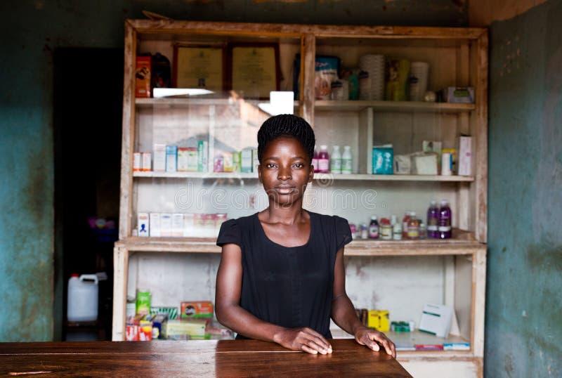 Apotheke i einem Dorf i Uganda royaltyfri foto
