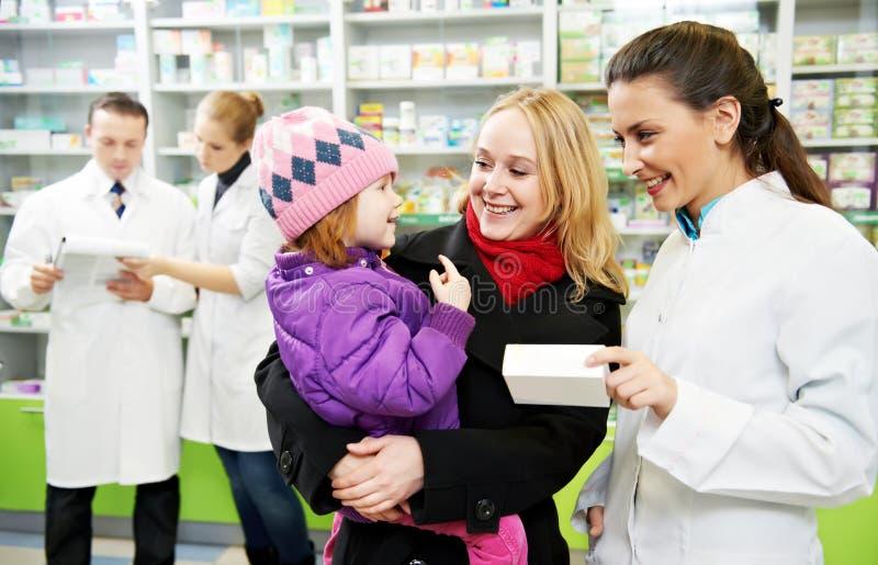 Apothekechemiker, -mutter und -kind im Drugstore lizenzfreies stockbild
