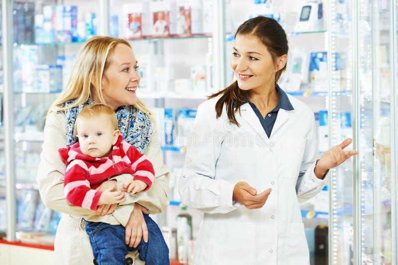Apothekechemiker, -mutter und -kind im Drugstore stockfoto