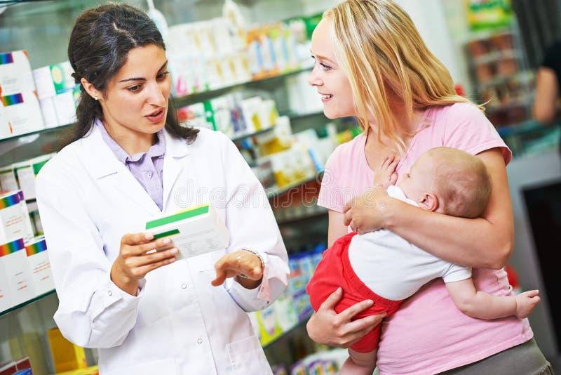 Apothekechemiker, -mutter und -kind im Drugstore stockfotos