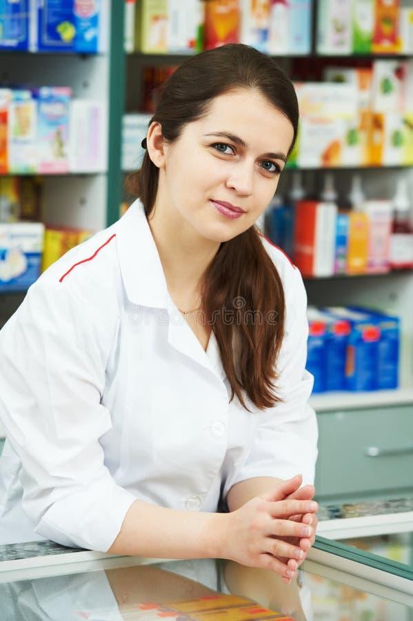 Apothekechemikerfrau im Drugstore lizenzfreie stockfotos
