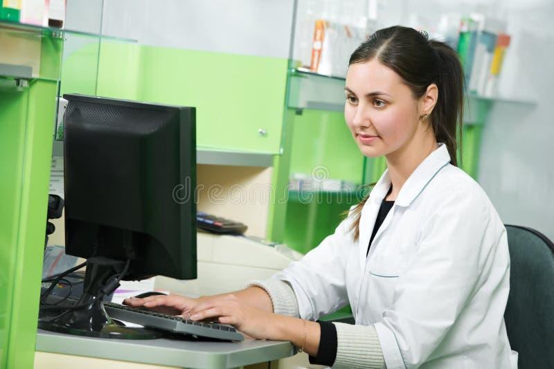 Apothekechemikerfrau im Drugstore stockbilder