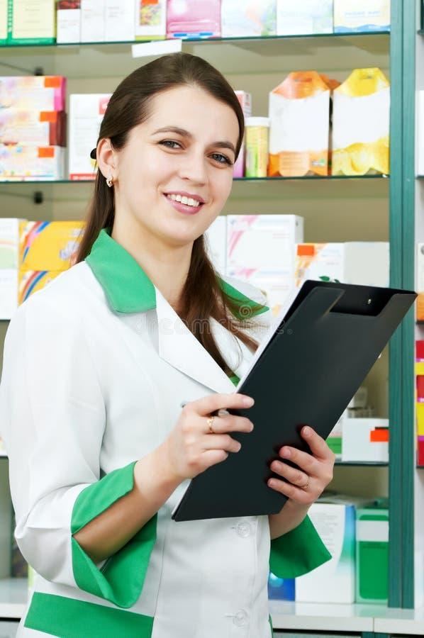 Apothekechemikerfrau im Drugstore lizenzfreies stockfoto