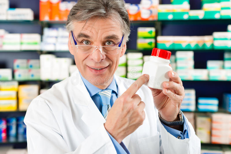 Apotheker in der Apotheke mit Medikament lizenzfreie stockfotos