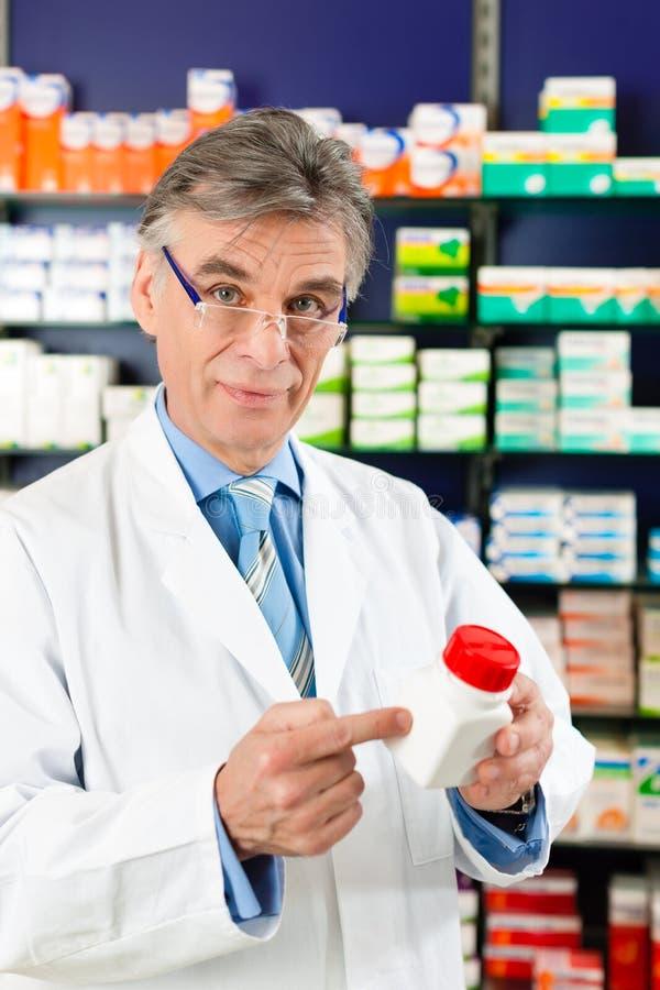 Apotheker in der Apotheke mit Medikament lizenzfreies stockfoto