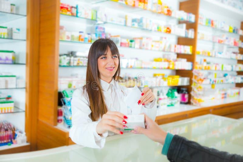 Apotheker, der medizinische Droge Käufer im Apothekendrugstore vorschlägt lizenzfreie stockfotografie