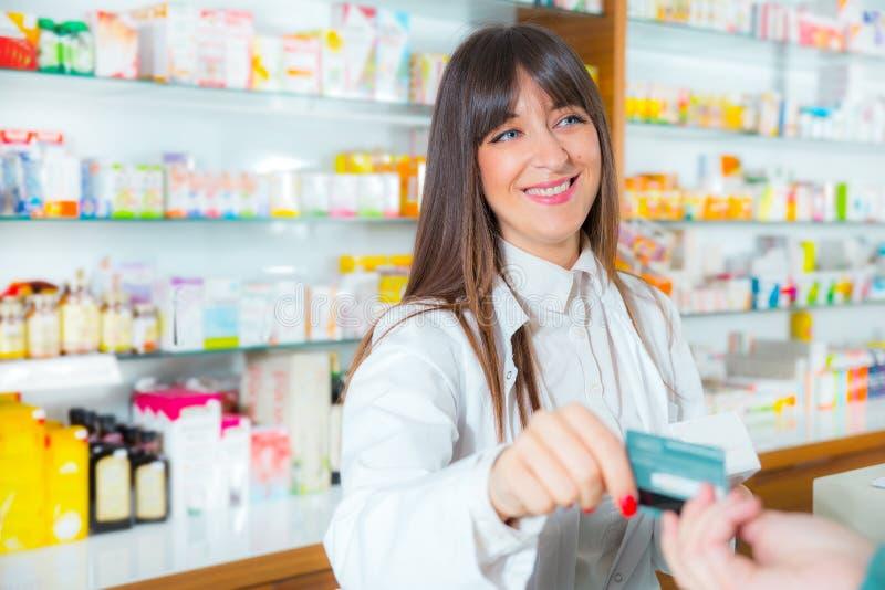 Apotheker, der medizinische Droge Käufer im Apothekendrugstore vorschlägt lizenzfreie stockfotos
