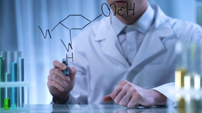 Apotheker, der strukturelle chemische Formel auf transparentes Brett, Forschung schreibt stockbild
