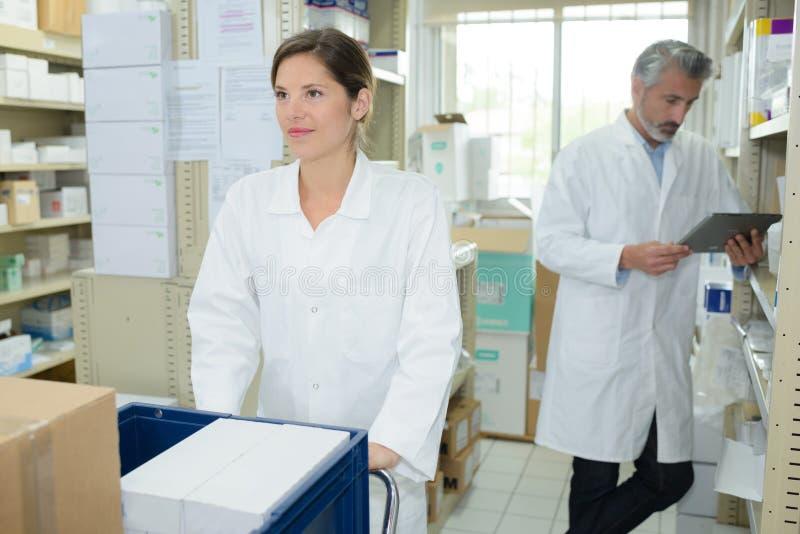 Apotheker, die an der Krankenhausapotheke sich sprechen lizenzfreie stockfotos