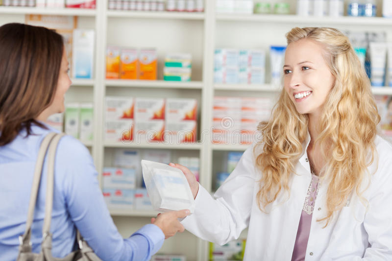 Apotheker-Giving Paperbag Of-Medizin zum Kunden stockbilder