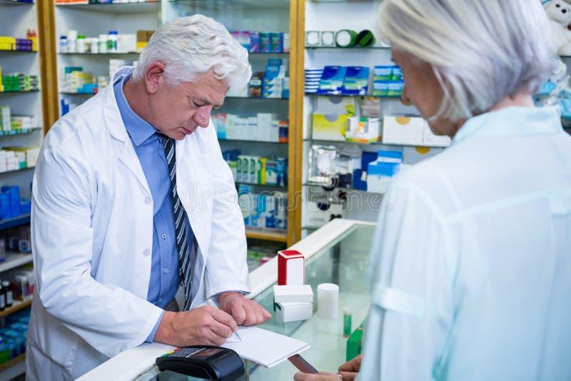 Apotheker het schrijven voorschriften voor geneesmiddelen royalty-vrije stock foto's