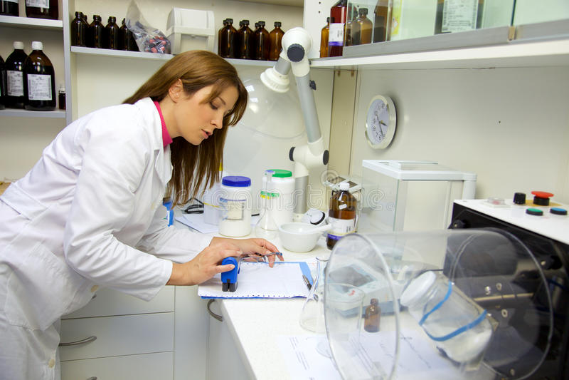Apotheker im Labor, das Schreibarbeit tut stockfoto