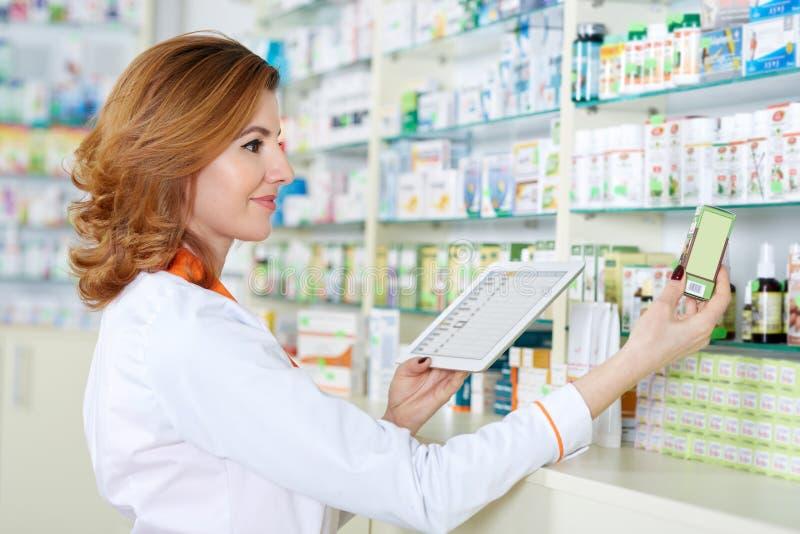 Apotheker mit Tablette und Droge stockfotografie