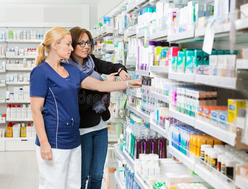 Apotheker-Removing Product For-Kunden-Vertretung stockbild