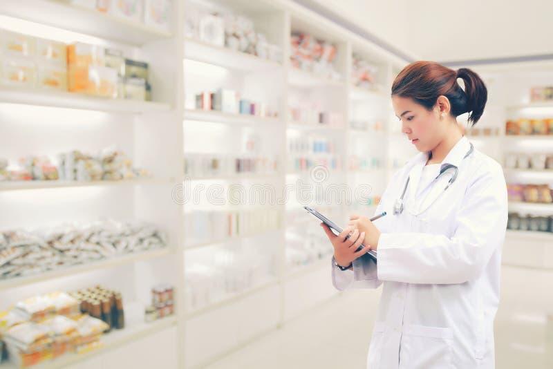 Apothekerchemiker und Arztfrau Asien mit stethoscop stockfoto