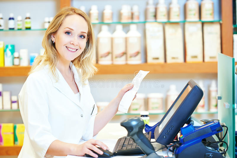 Apothekerchemikerfrau, die an der Registrierkasse arbeitet stockfoto