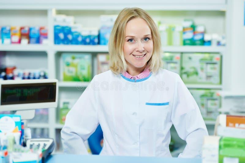 Apothekerchemikerfrau, die im Apothekendrugstore arbeitet lizenzfreie stockfotos