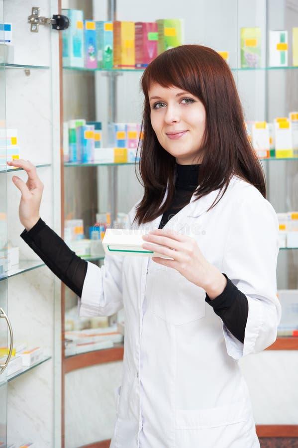 Apothekerchemikerfrau, die im Apothekendrugstore arbeitet stockbilder