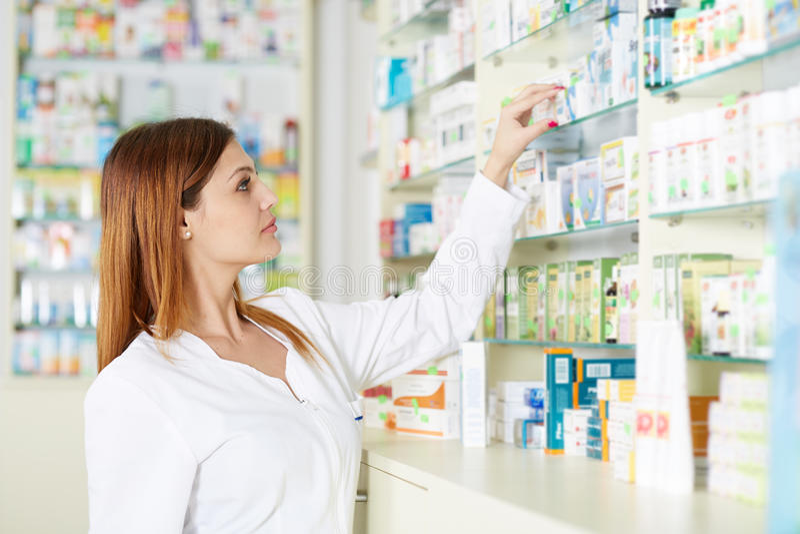 Apothekerfrauen-Sammelnmedizin stockfoto