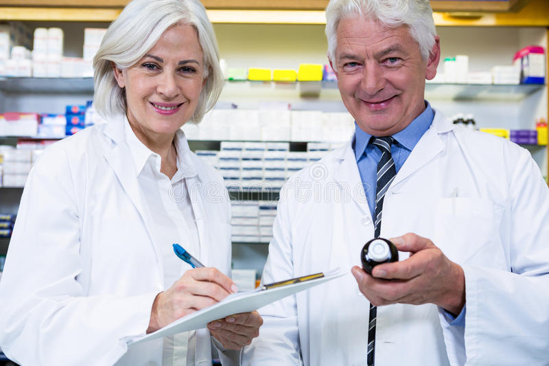 Apothekers die en voorschrift controleren schrijven voor geneeskunde stock afbeelding
