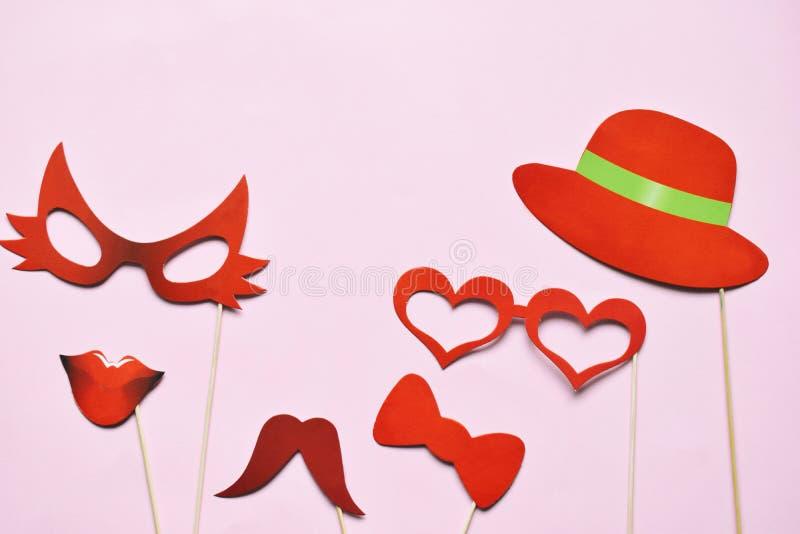 Apoyos coloridos para el partido Accesorios del carnaval fijados Vidrios de papel, sombrero, labios, bigotes, lazo en los palillo fotografía de archivo libre de regalías
