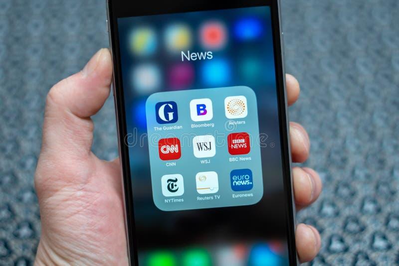 App ειδησεογραφικών μέσων εικονίδια που επιδεικνύονται στο iPhone της Apple στοκ εικόνα