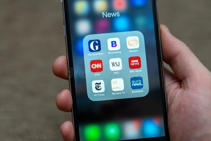 App ειδησεογραφικών μέσων εικονίδια που επιδεικνύονται στο iPhone της Apple στοκ φωτογραφία με δικαίωμα ελεύθερης χρήσης