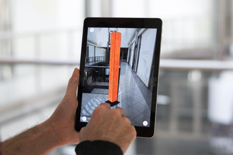 App aumentado de la realidad - colocación de los muebles en espacio de AR imágenes de archivo libres de regalías