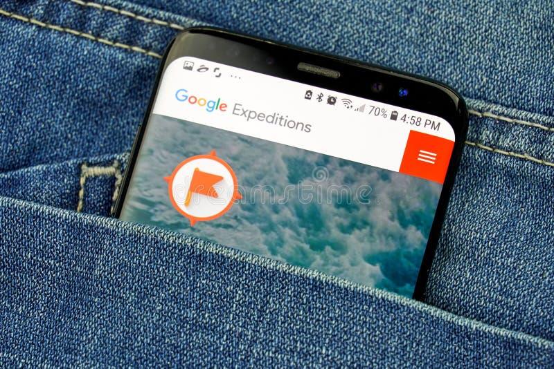 App das expedições de Google em uma tela do telefone em um bolso imagens de stock