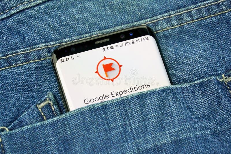 App das expedições de Google em uma tela do telefone em um bolso fotos de stock royalty free