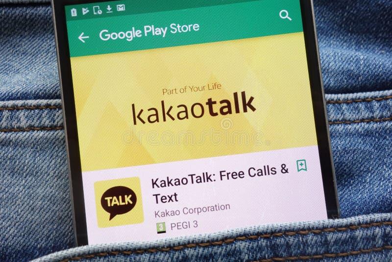 App de KakaoTalk en la página web del Google Play Store exhibida en smartphone ocultado en bolsillo de los vaqueros fotografía de archivo libre de regalías