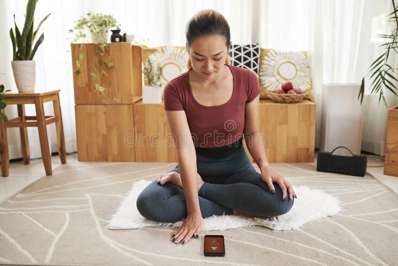 App del ajuste de la mujer para la meditación foto de archivo