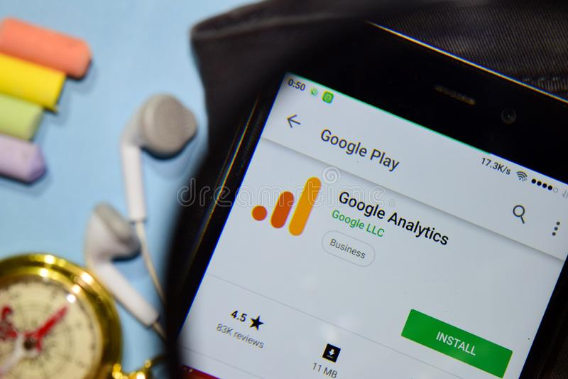 App del revelador de Google Analytics con magnificar en la pantalla de Smartphone fotos de archivo libres de regalías
