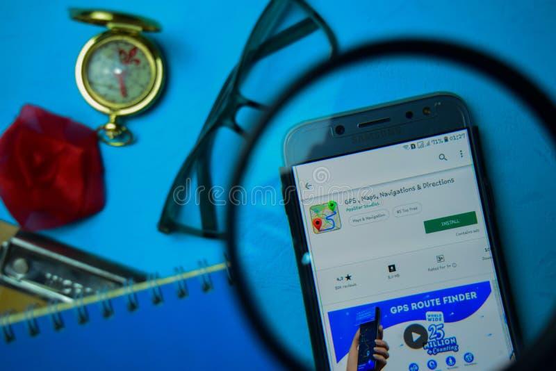 App del revelador de GPS, de los mapas, de la navegación y de las direcciones con magnificar en la pantalla de Smartphone fotos de archivo