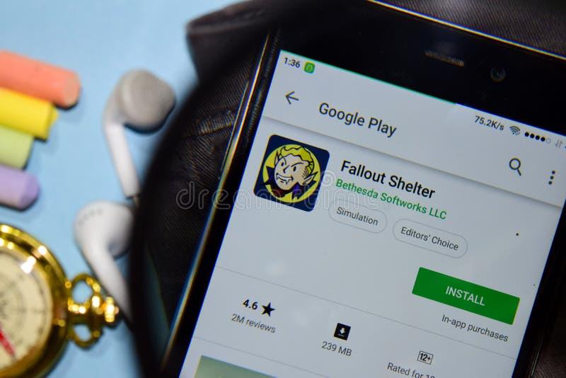 App del revelador del refugio de polvillo radiactivo con magnificar en la pantalla de Smartphone imagen de archivo libre de regalías
