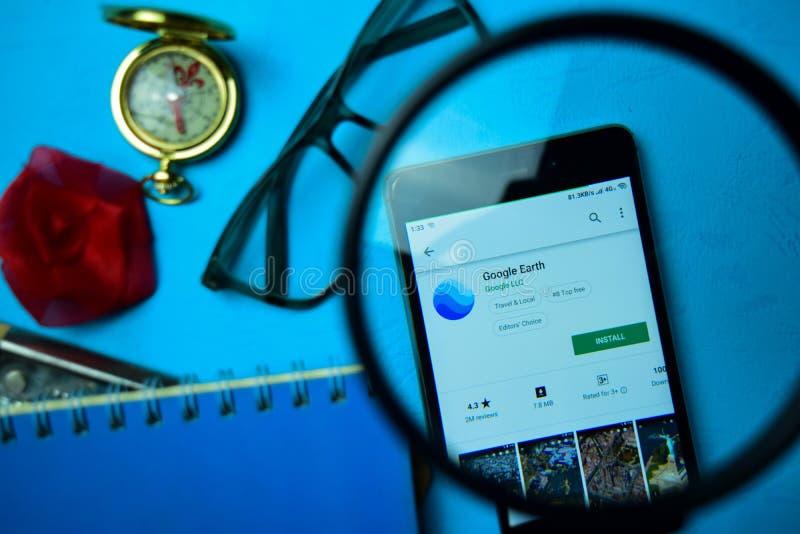 App dello sviluppatore di Google Earth con l'ingrandimento sullo schermo di Smartphone fotografia stock libera da diritti
