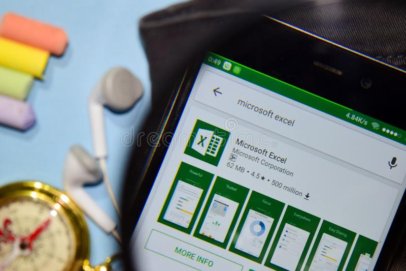 App do colaborador de Microsoft Excel com ampliação na tela de Smartphone fotografia de stock royalty free