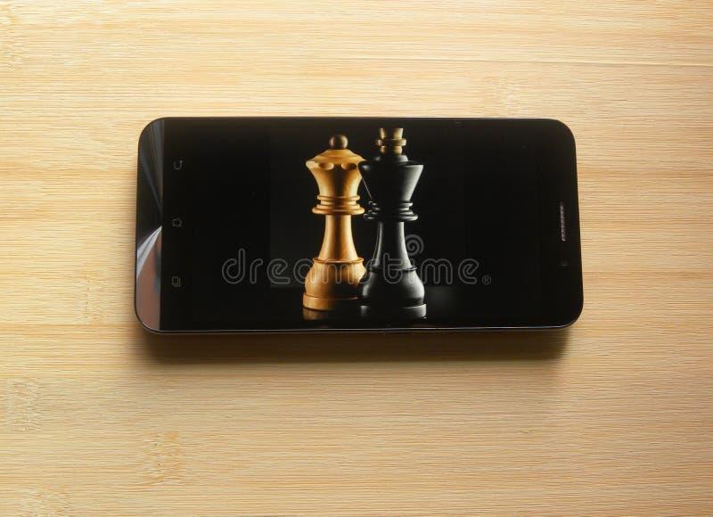App do jogo de xadrez no smartphone fotos de stock