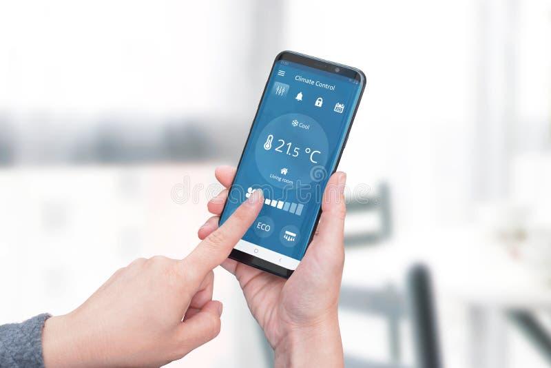 App esperto do controle do clima da casa no conceito da exposição do telefone imagem de stock royalty free