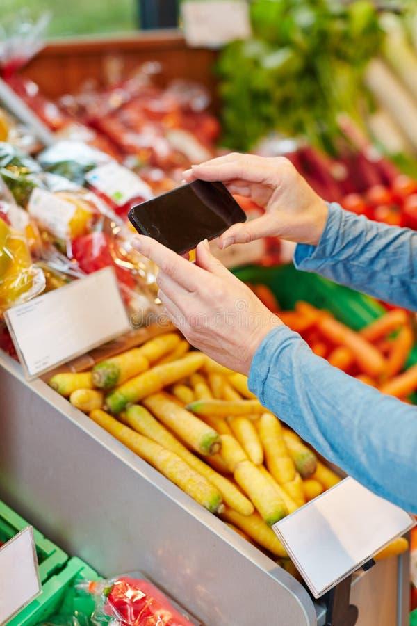 APP im Smartphone, der Preis tut stockfoto