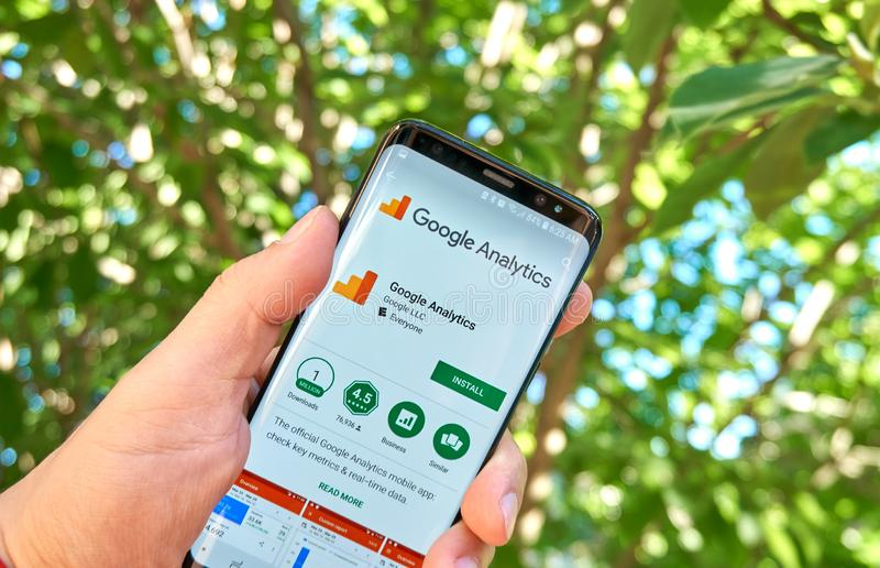 App móvel de Google Analytics em Samsung s8 foto de stock royalty free