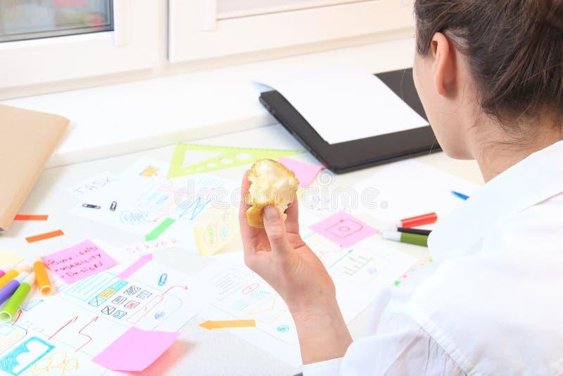 App przedsiębiorca budowlany przekąsza jabłka fotografia stock