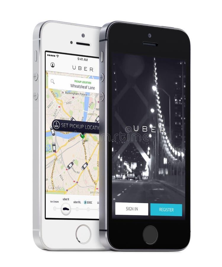 App Uber τα αυτοκίνητα αναζήτησης σελίδων και Uber ξεκινήματος χαρτογραφούν στην άσπρη και μαύρη Apple iPhones στοκ φωτογραφίες με δικαίωμα ελεύθερης χρήσης
