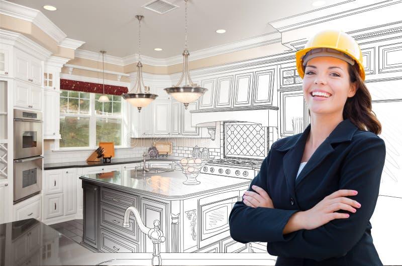 Appaltatore femminile sorridente sopra il disegno della cucina che gradua alla foto fotografie stock libere da diritti