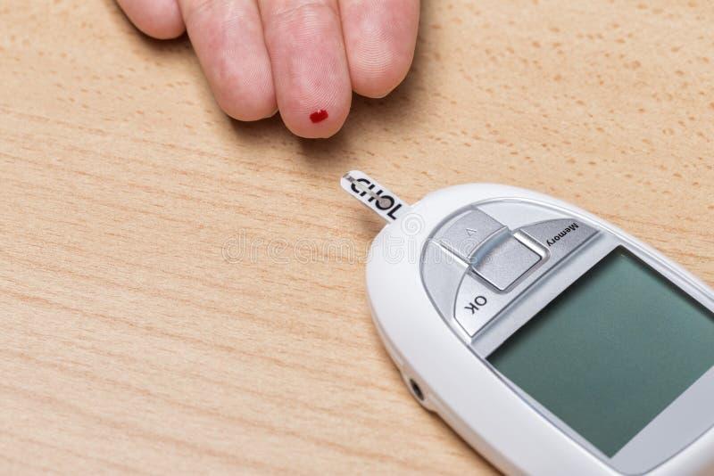 Apparat för att mäta kolesterol och insulin Blodprov arkivbild