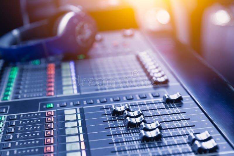 Apparat för blandning för glidare för volym för solid inspelning för musikblandare ljudsignal arkivfoton