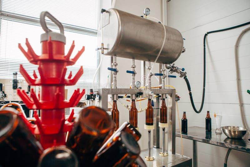 Apparaten om bier in een privé brouwerij te bottelen royalty-vrije stock afbeeldingen