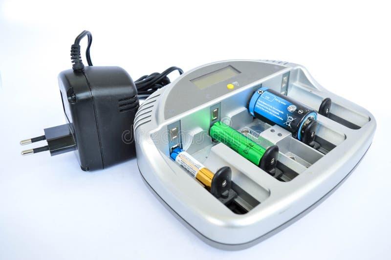 Apparaten planlade att ladda batterier med insatta batterier arkivfoto