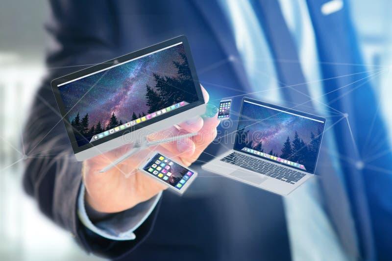 Apparaten zoals smartphone, tablet of computer die over 3d verbindingsnetwerk vliegen - geef terug stock foto